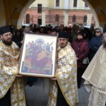 """Sute de credincioşi au venit să se închine astăzi la Alba Iulia Icoanei Maicii Domnului """"Pantánassa"""""""