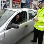 La Alba Iulia, polițiștii rutieri au împărțit astăzi mărțișoare șoferițelor aflate în trafic