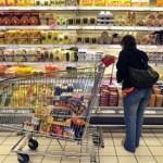 O tânară din Sibiu a fost surprinsă furând cașcaval într-un supermarket din Alba Iulia
