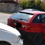 Două autoturisme au fost implicate într-un accident de circulație în cartierul Ampoi I din Alba Iulia. O persoană a fost rănită ușor
