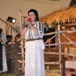"""Sute de spectatori au asistat aseară la obiceiuri, jocuri şi cântece bătrâneşti în cadrul festivalului de tradiţii româneşti """"Din lada de zestre"""""""
