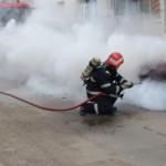Intervenție a pompierilor din Alba Iulia pentru stingerea unui incendiu produs la un autoturism, din cauza unui cablu electric neizolat