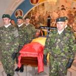 Trupul neînsufleţit al lui Vasile Claudiu Popa a fost depus azi-noapte la ora 2.00 la Cercul Militar din Alba Iulia