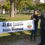 """Scandări împotriva proiectului minier de la Roşia Montană în faţa hotelului """"Parc"""" din Alba Iulia"""