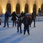 Iubitorii patinajului au luat cu asalt astăzi patinoarul din Piaţa Cetăţii