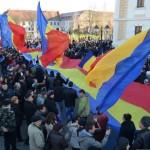 """Un tricolor imens a """"inundat"""" Piaţa Cetăţii din Alba Iulia"""