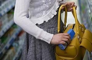femeie-furt-supermarket
