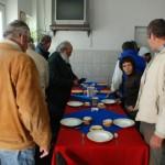56 de oameni ai străzii beneficiază de adăpost şi hrană în cadrul Centrului Social din Gara CFR din Alba Iulia