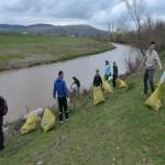 Malurile Ampoiului curățate prin grija studenţilor de la Universitatea 1 Decembrie din Alba Iulia