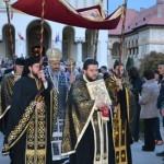 Sute de credincioşi au participat în Vinerea Mare la înconjurarea Catedralei Ortodoxe din Alba Iulia