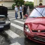 Bărbat rănit ușor după ce doua autoturisme s-au ciocnit într-o intersecție din Alba Iulia