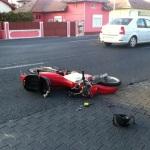 O persoană rănită în urma unei coliziuni între o motocicletă și un autoturism petrecută în față la Alba Mall