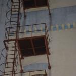 Un tânăr a decedat după ce s-a aruncat de la etajul patru al fostei clădiri a Albapam din Alba Iulia