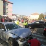 O coliziune între doua autoturisme a dus la rănirea unei femei care își plimba copilul în cărucior pe trotuar