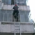 Pompierii albaiulieni au intervenit pentru salvarea unei fetițe de 3 ani rămasă blocată în casă