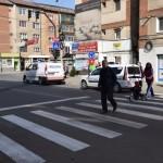 Doi pietoni acroşaţi de un autoturism la intersecția dintre Str. Cloșca si B-dul. Revoluției din Alba Iulia