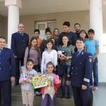 Rechizite, hăinuțe și dulciuri pentru copiii neajutorați oferite de polițiștii albaiulieni