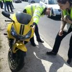 Motociclist rănit după ce a fost acroșat de un autoturism în zona podului din Partoș