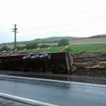 Un camion care transporta bușteni s-a răsturnat pe DN1, lângă Alba Iulia