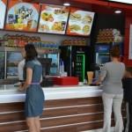 Roman's, un important lanț de fast food-uri din estul României, a deschis o nouă locație, la Alba Mall