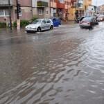 Bulevardul Revoluției a fost inundat în urma ploii torențiale căzute astăzi la Alba Iulia