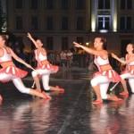 """Cei 50 de tineri dansatori belgieni de la """"Aglaja"""" au făcut spectacol, în Piața Cetății din Alba Iulia"""