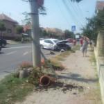 Șoferul unui taxi s-a izbit de un stâlp pe B-dul. Încoronării  din Alba Iulia, după ce a încercat să evite o coliziune cu un alt autoturism