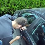 Tânăr din județul Mureș cercetat de polițiști, după ce a încercat să spargă un autoturism parcat pe strada Traian din Alba Iulia