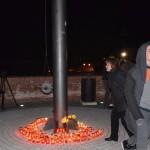 Aproximativ 100 de persoane, s-au adunat, în Piața Tricolorului din Alba Iulia, cu flori și lumânări, pentru a comemora victimele din clubul bucureștean Colectiv