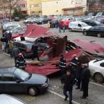 Acoperișul unui bloc din Alba Iulia a fost doborât de vânt peste 8 autoturisme