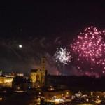 Sute de albaiulieni au sărbătorit trecerea în 2016 cu șampanie și foc de artificii, în Piața Cetății