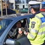 """De 1 Martie, șoferițele au fost """"amendate"""" cu mărțișoare de polițiștii din Alba Iulia"""