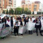 Protest organizat în fața Primăriei Alba Iulia împotriva declarațiilor rasiste ale consilierului PNL Rareș Buglea