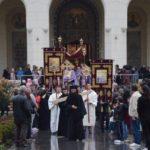 """Sute de credincioși au înconjurat Catedrala """"Reîntregirii Neamului"""" din Alba Iulia, în Vinerea Mare"""