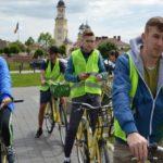 Tineri basarabeni care învață în Alba Iulia au pedalat prin oraș ca să promoveze și să încurajeze transportul ecologic