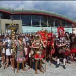 Paradă spectaculoasă cu 250 de reenactori în deschiderea Festivalului Roman Apulum, de la Alba Iulia