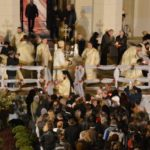Câteva mii de credincioși au venit să ia Lumina Sfântă de la Catedrala Reîntregirii din Alba Iulia, în Noaptea de Înviere