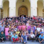Aproape 1.000 de copii se vor prinde în cea mai mare îmbrăţişare realizată de copiii din România