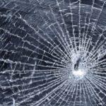 Doi tineri din Alba Iulia cercetați penal pentru violare de domicilu și distrugere după ce au spart geamurile unui imbobil