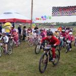 """Peste 200 de copii, cu vârste între 3 și 14 ani, au luat startul la competiția de ciclism """"Junior Bike Race"""" 2016, disputată la Ciugud"""