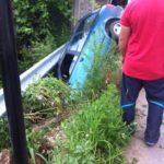 Un șofer a ajuns cu mașina în șanțul de pe marginea DN 74, în apropiere de trecerea la nivel cu calea ferată din localitatea Șard