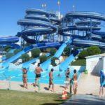 Aqualand cu piscine, bazin cu valuri, tobogane și terase, în zona Parcului Dendrologic de pe Dealul Mamut, din Alba Iulia