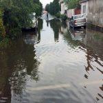Șapte străzi au fost inundate după ploaia torențială căzută astăzi la Alba Iulia