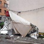 Termoizolația unui bloc de garsoniere situat pe strada Gladiolelor din Alba Iulia s-a desprins și a căzut pe trotuar avariind un autoturism