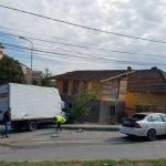O autoutilitară a distrus gardul unui imobil după un impact cu un autoturism petrecut într-o intersecție amplasată în cartierul Tolstoi, din Alba Iulia