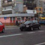 Două autoturisme avariate după o coliziune petrecută într-o intersecție din cartierul Ampoi 1, din Alba Iulia