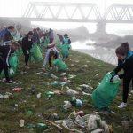 Peste 200 de voluntari au făcut curățenie pe albia râului Mureș, în zona podului feroviar de la Partoș, cu ocazia Zilei Curăţeniei Naţionale