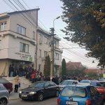 """Peste 200 de persoane prezente la primele ore ale dimineții, în fața Agenției de Protecție a Mediului Alba, pentru a-și depune dosarele pentru accesarea programului """"Casa Verde"""""""