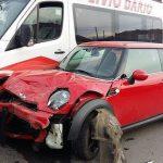 Autoturism făcut praf de o șoferiță neatentă, după ce a intrat în coliziune cu un microbuz la Alba Iulia