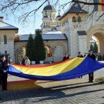 Drapelul Național al României, arborat pe catargul din Piața Tricolorului din Alba Iulia, în acordurile imnului de stat